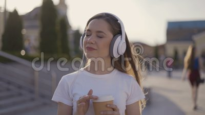 La fille songeuse écoute la musique et les rêves 4K clips vidéos