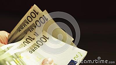 La fin vers le haut des mains masculines comptent Euros Banknotes banque de vidéos
