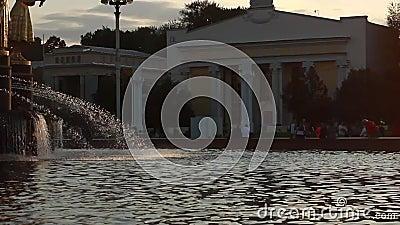 La fontana della città al tramonto archivi video