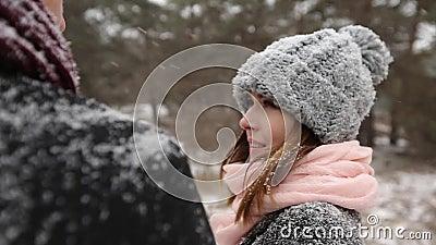 La foresta all'aperto dell'inverno ha sparato di giovani coppie di nozze che camminano, sorridenti e parlanti nell'abetaia del te stock footage