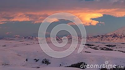 La formation et le mouvement des nuages au-dessus du volcan Elbrus dans les montagnes de Caucase en hiver banque de vidéos