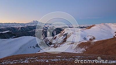 La formation et le mouvement des nuages au-dessus du volcan Elbrus dans les montagnes de Caucase en hiver clips vidéos