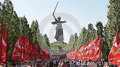 La foule de personnes se lève sur Mamayev Kurgan banque de vidéos