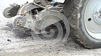 La fraiseuse de route coupe le vieil asphalte En construction Destruction de la couche de surface Le coupeur coupe une couche d'a banque de vidéos