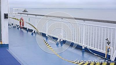 La franja coloreada limita el acceso a los modernos pasamanos blancos del ferry. almacen de video