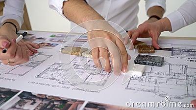 La fucilazione del primo piano dei costruttori del disegno fa le riparazioni in appartamento in nuova casa, controlla i parametri stock footage
