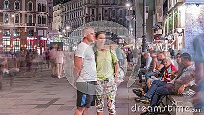 La gente caminando por el casco antiguo de Viena en Stephansplatz por la noche almacen de video