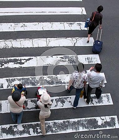 La gente che attraversa la via
