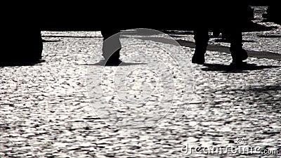 La gente che cammina sulla via archivi video