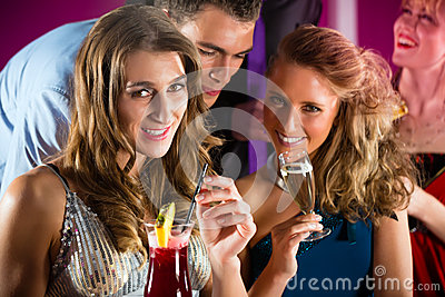 La gente in cocktail beventi della barra o del club