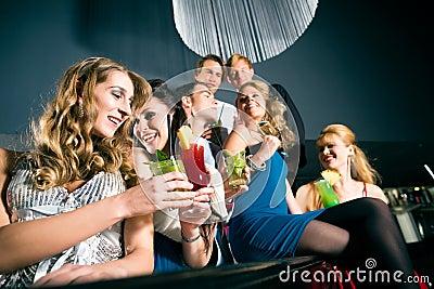 La gente in cocktail beventi della barra o del randello