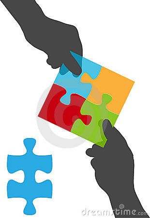 La gente da la solución del rompecabezas de la colaboración de las personas