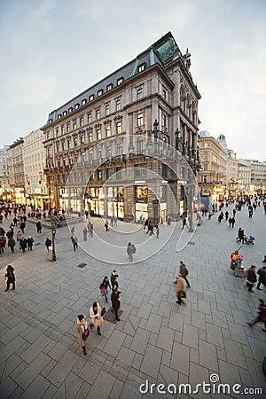 La gente va en la intersección de calles Foto de archivo editorial