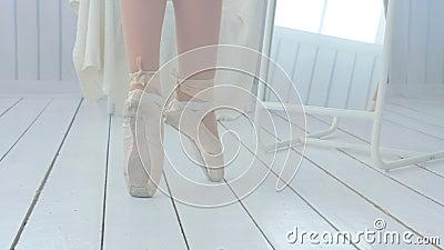 La giovane ballerina impara camminare e ballare su pointe archivi video