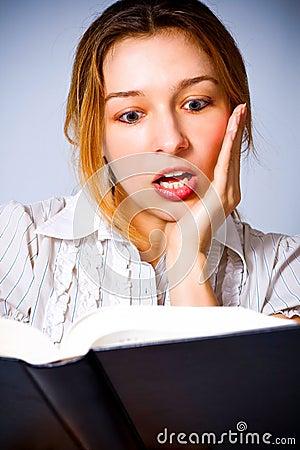 La giovane donna ha stupito da che cosa sta leggendo