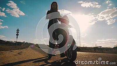 La giovane madre insegna al figlio a guidare un triciclo al tramonto Prima lezione di bicicletta archivi video