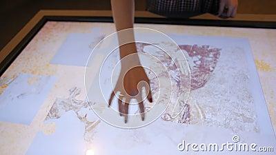 La giovane signora sta raccogliendo il puzzle sul touch screen con l'immagine antica dell'icona stock footage