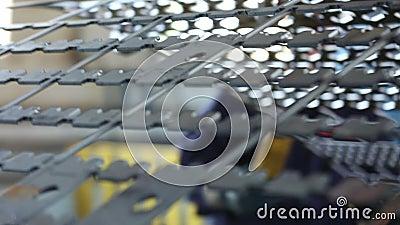 La grúa en la tienda mueve los detalles para la producción de las cajas fuertes almacen de metraje de vídeo