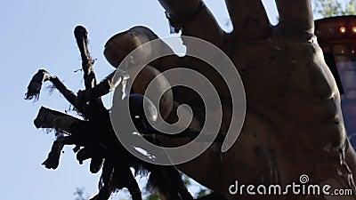 La grande mano spaventosa con il ragno video d archivio