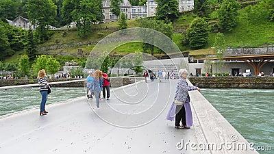 La grotte de Lourdes, de l'autre côté du fleuve, pour retourner à l'église clips vidéos