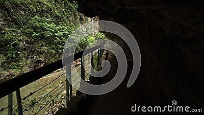 La hausse chez Taroko gorgent le parc national à Taïwan avec beau Rocky Marble Canyon avec les falaises dangereuses banque de vidéos