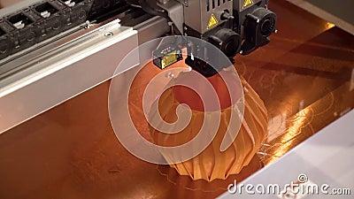 La impresora 3D de cierre crea jarrón Acción Las máquinas de impresión 3D automatizadas modernas pueden crear cualquier objeto Pr almacen de video