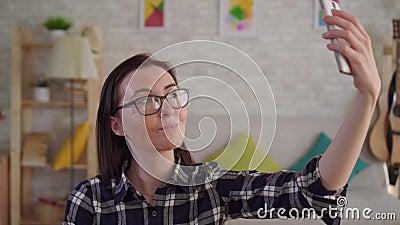 La jeune femme haute étroite avec une cicatrice d'une brûlure sur son visage prend un selfie banque de vidéos