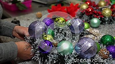 La jeune fille crée une couronne festive pour le Nouvel An et Noël Main clips vidéos