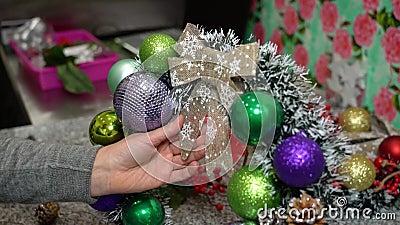 La jeune fille crée une couronne festive pour le Nouvel An et Noël Main banque de vidéos