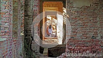 La jeune fille mystérieuse dans le blanc disparaît dans un vieux château ruiné banque de vidéos