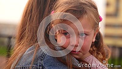 La joven madre calmó a su chica triste, llorando almacen de video
