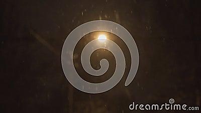 La lanterna accesa alla notte ed alla neve cade nell'inverno video d archivio