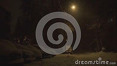 La lanterna accesa alla notte ed alla neve cade nell'inverno archivi video