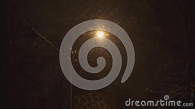 La lanterne allumée à la nuit et à la neige tombe en hiver clips vidéos