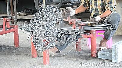 La lavorazione dei metalli ha curvato o l'acciaio di piegamento fa i pali delle staffe stock footage