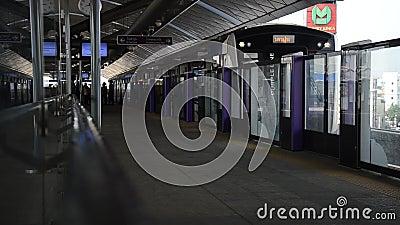 La ligne des pourpres de MRT au fonctionnement de station de Bangyai vont à Bangkok banque de vidéos