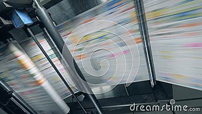 La máquina de rodadura está liberando papel coloreado Impresión de periódicos en tipografía almacen de metraje de vídeo