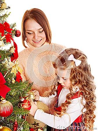 La mère avec le descendant décorent l arbre de Noël.