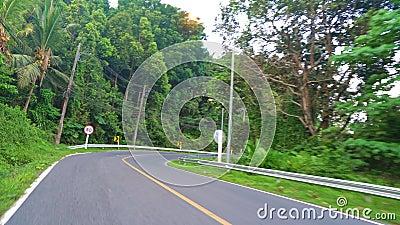La macchina fotografica sta muovendosi lungo la strada guidando sulle strade in automobile o motociclo stock footage