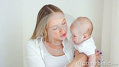 La madre bacia il suo figlio appena nato stock footage