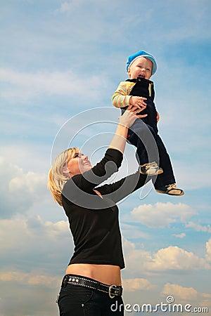 La madre levanta al niño
