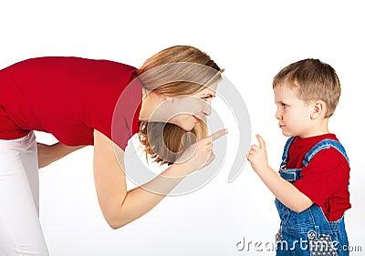 La madre regana a su hijo