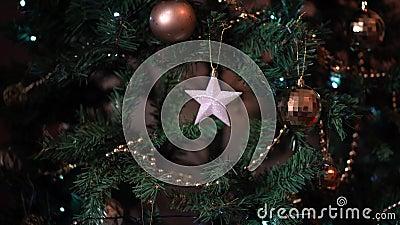 La main de la femme pendue sur un arbre de Noël clips vidéos