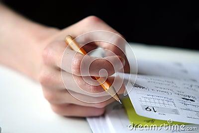 La main de la fille avec le crayon