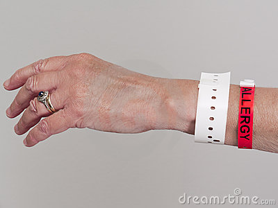 la main du femme avec le wristband d 39 allergie image stock image 16584601. Black Bedroom Furniture Sets. Home Design Ideas