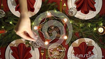 La main femelle verse des confettis sur la table de Noël banque de vidéos