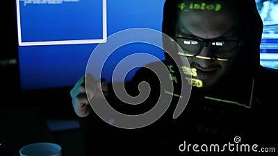 La malvagità, ritratto criminale del pirata informatico, sistema fendentesi del pirata informatico nervoso, spionaggio di Interne archivi video