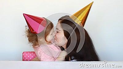 La mamá feliz felicita al niño en fiesta de cumpleaños Mime y su abrazo de la hija, bese y exprese el amor metrajes