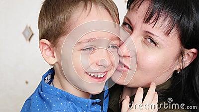 La mamá toma el cuidado del bebé gritador, que entonces sonríe almacen de video