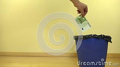 La mano de los billetes de banco euro del dinero del efectivo del tiro del hombre adentro puede compartimiento 4K almacen de metraje de vídeo